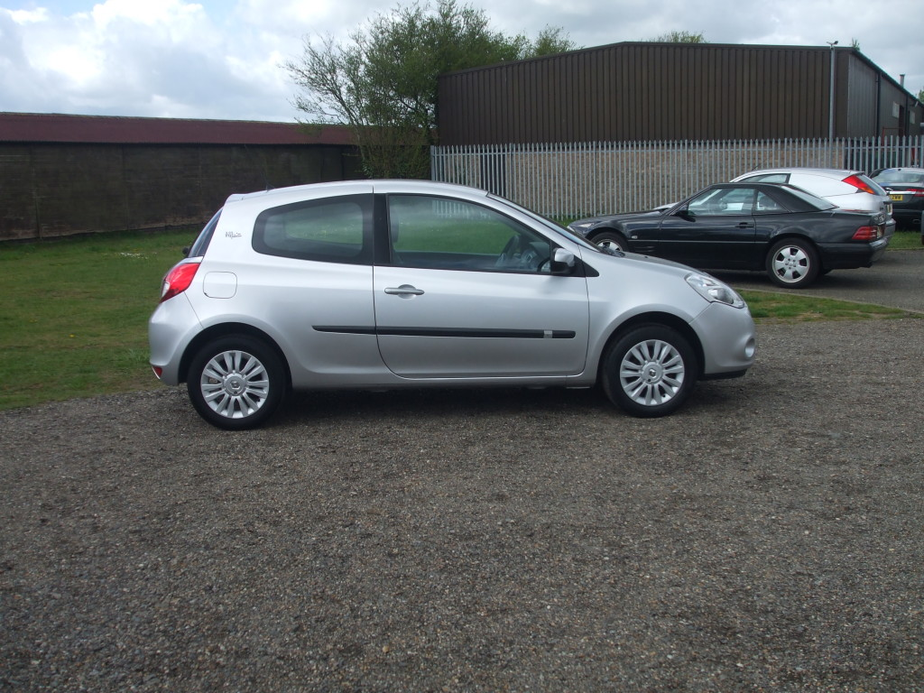renault clio 1 2 imusic 11reg sold ymark vehicle. Black Bedroom Furniture Sets. Home Design Ideas
